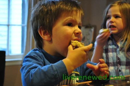 kids eating pumpkin cookies